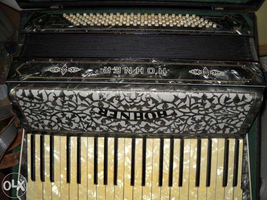 vand acordeon Hohner cu diamante 120 basi si cutia lui originala are r