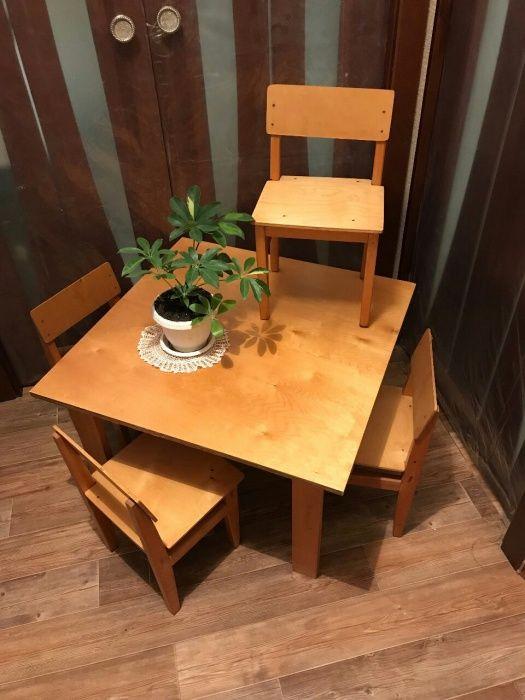 Новый набор детской мебели из четырёх деревянных стульчиков и стола.