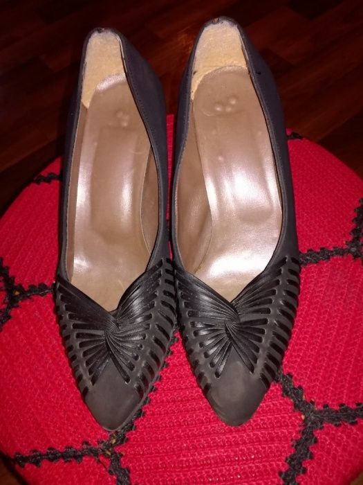 Продавам дамски официални обувки.