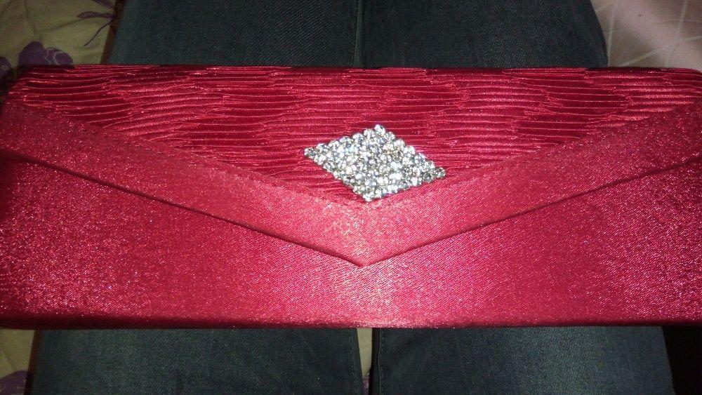 Червена чанта с камъни