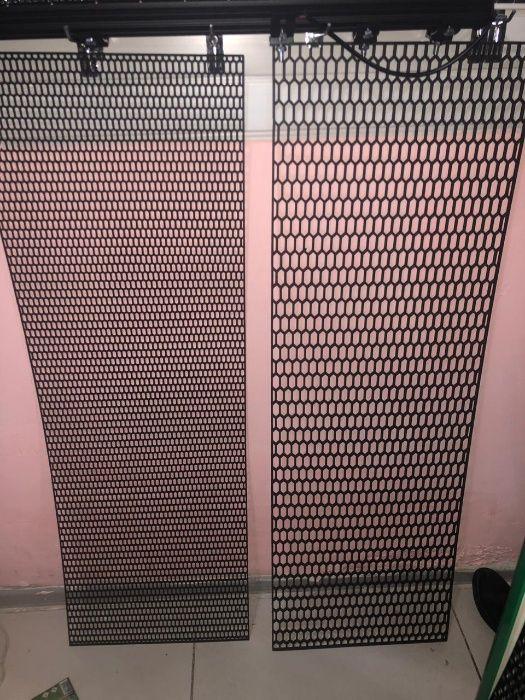 Пластиковая сетка в решетку радиатора