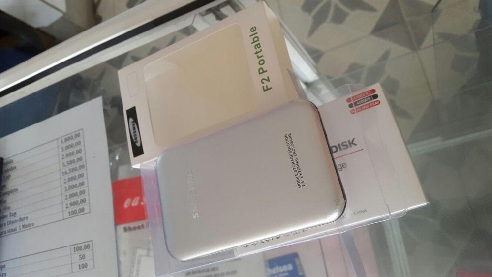 Capa de HD de marca Samsung na caixa, já com o cabo e uma pastinha