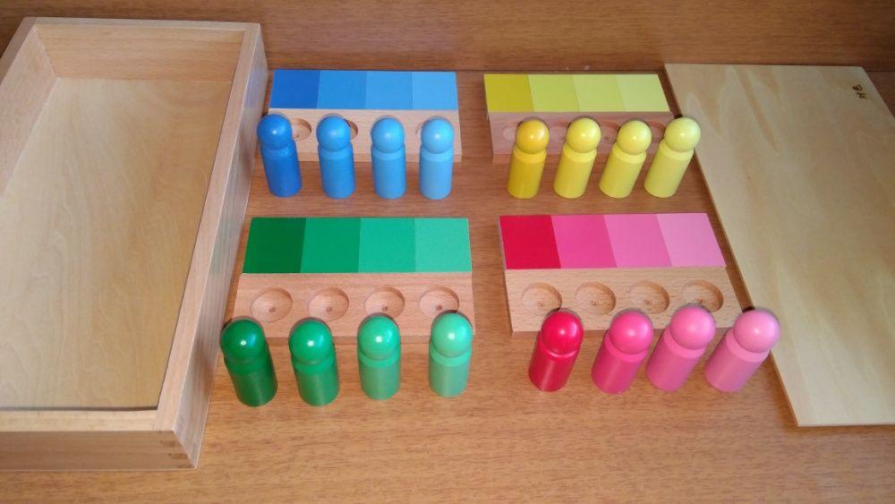 Монтесори сортиране по цветове с пионки и поставки в кутия