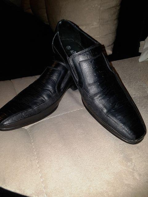 Продавам мъжки обувки черни.