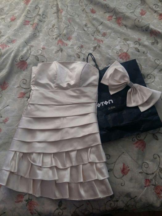 Бежевое, короткое атласное платье