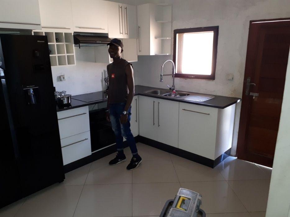 5- Cozinha americana, aros, janelas, portas, guarda fatos e mais
