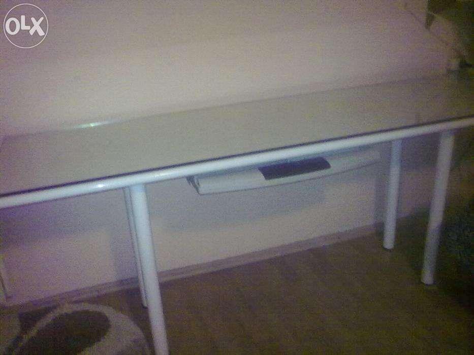 masa de birou in stare perfecta de culoarea crem