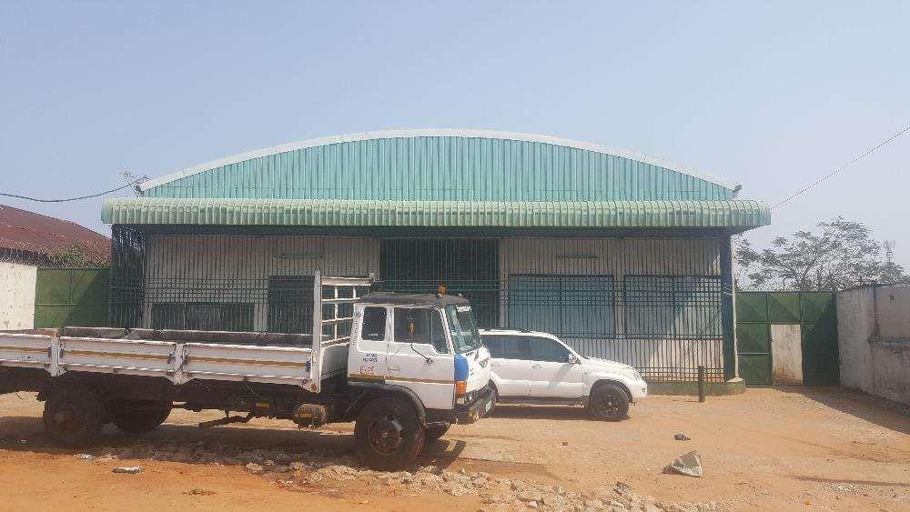 Vende-se Armazem Proximo a Av. de Angola