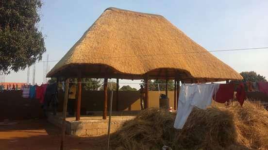 esplanadas coberturas de capim sul africano ,telhas casas de madeira