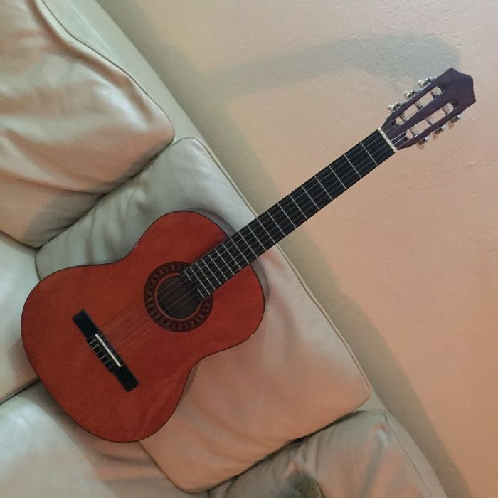 Guitarra Stagg de 6 cordas, com respectiva capa.