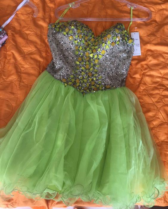 Vestido verde com pedras brilhantes