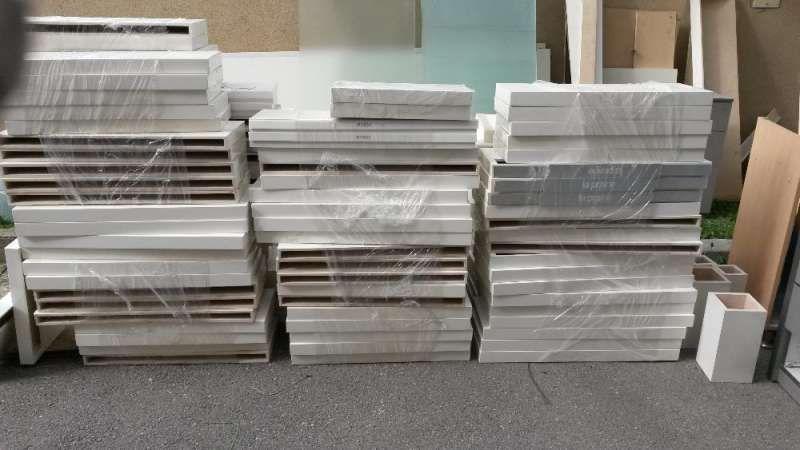 Бели рафтове от МДФ с П-образни метални поставки