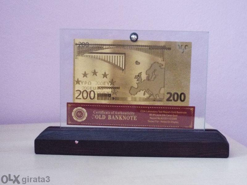 Сувенирни 200 евро златни банкноти в стъклена поставка и масивно дърво