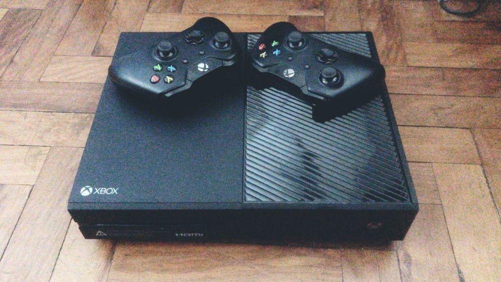 Xbox One com 2 joysticks, FIFA 18, Call of duty Black Ops 3 e 4