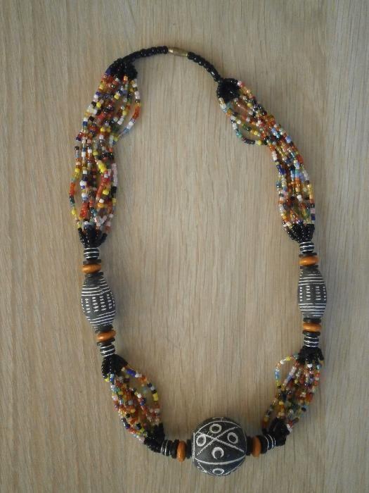 Традиционен африкански гердан-комбинация от пясъчна мъниста и теракота
