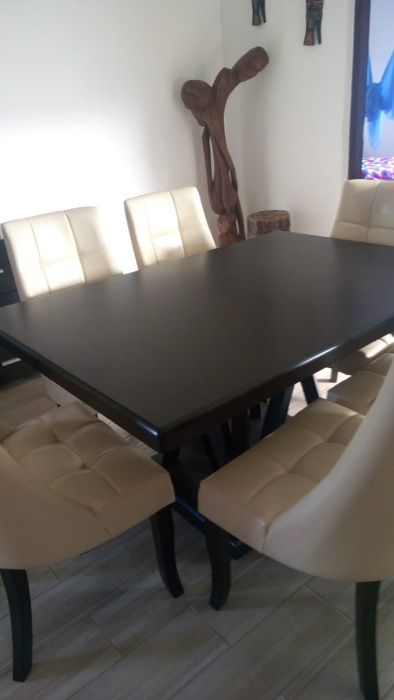 Conjunto de mesa de jantar de seis lugares e cómoda com espelho.