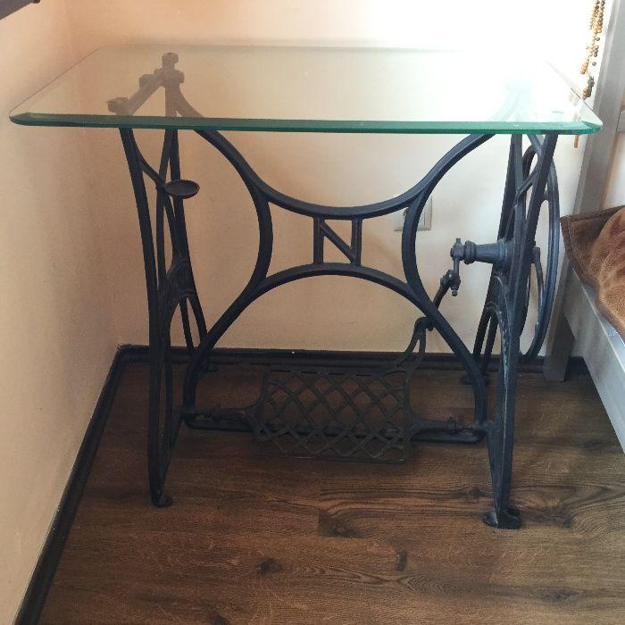 дизайнерска маса от стойка от шевна машина NAUMANN и стъклен плот