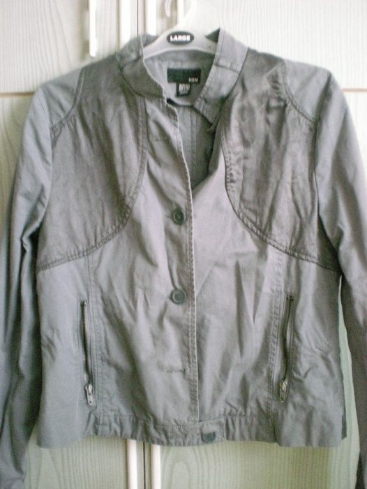 Продавам сиво яке на H&M размер 44