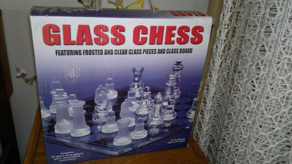 "Sah din sticla - si tabla si piesele ; ""Glass Chess """