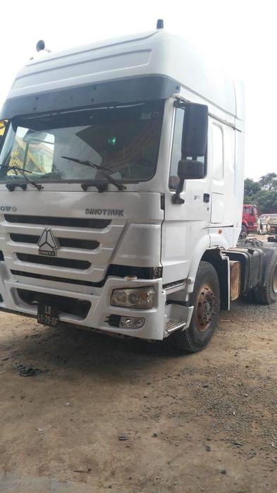 Camião sinotruck com traller de dois eixo