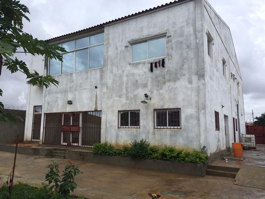 Arrenda se uma vivenda T4+1 na Via expressa Mutamba a 200 m da estrada