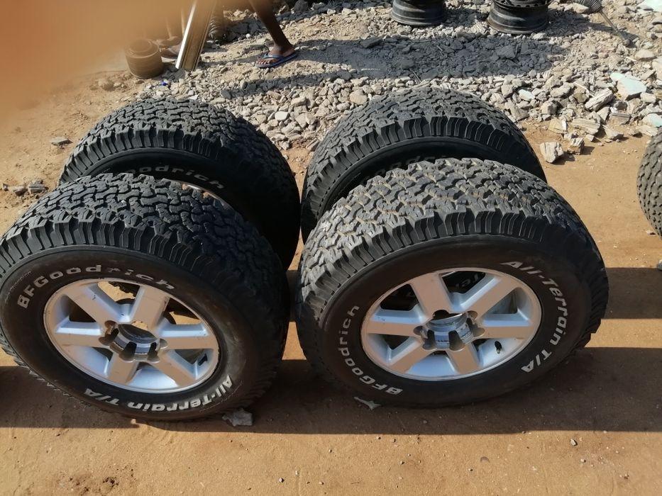 Vendo jogo de pneus e jantes novos para D4D hilux