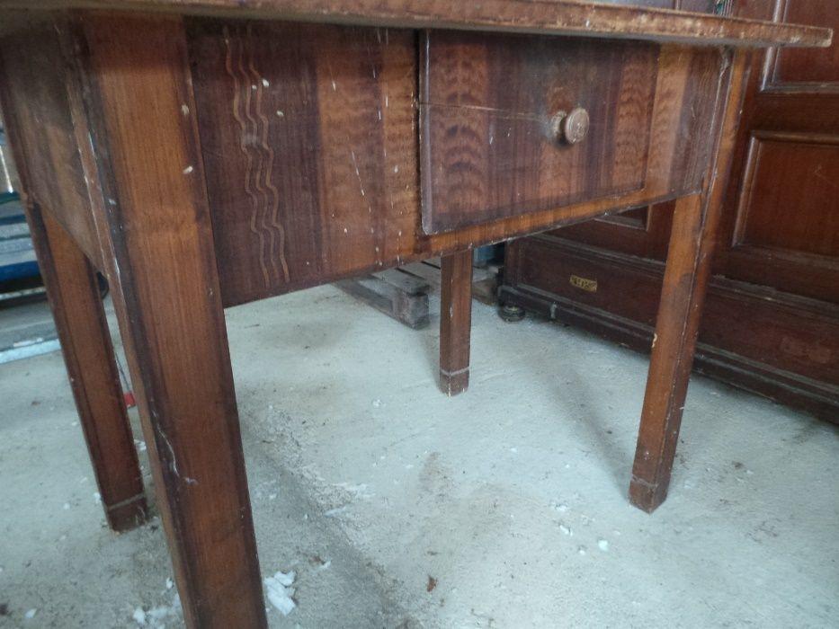 Set mobila veche, masa cu sertar si doua scaune (furnir deosebit)