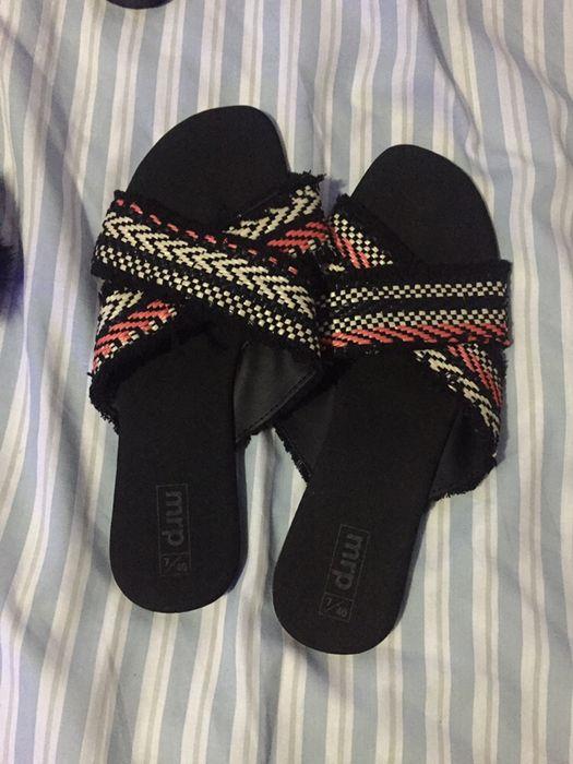Sandália e sapato alto