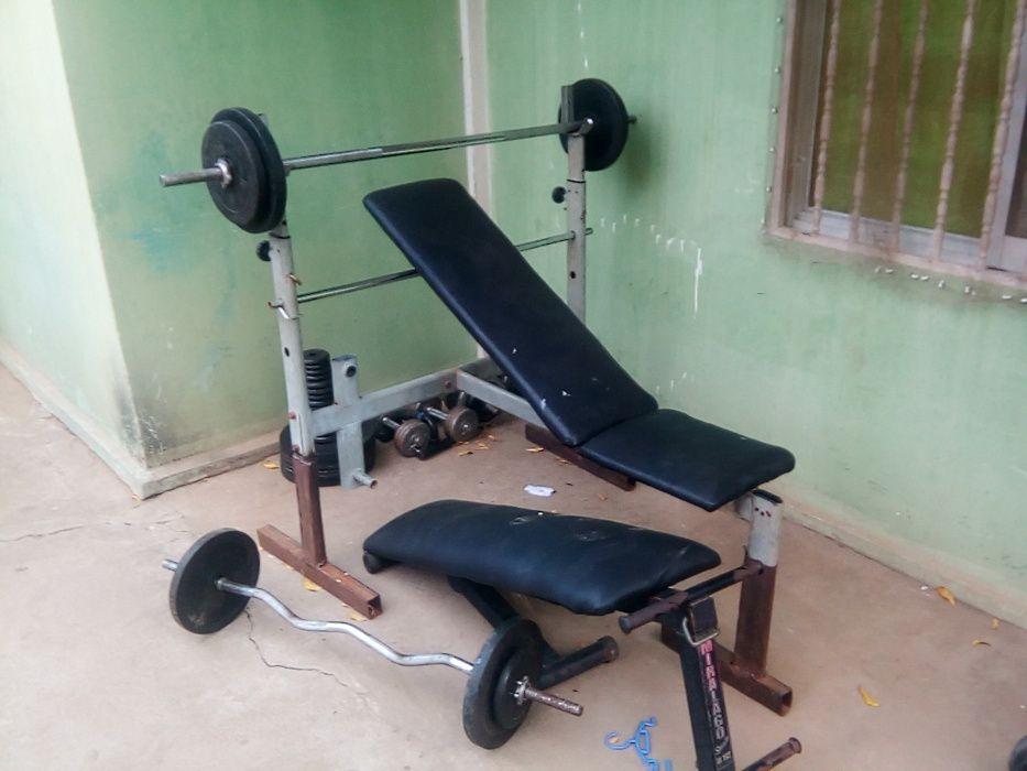 Conjunto de equipamentos de ginasio