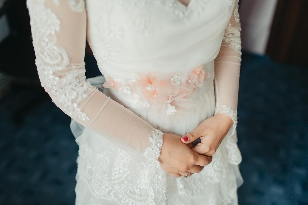 Rochie de mireasa cu maneca lunga din dantela aplicata si cu volane