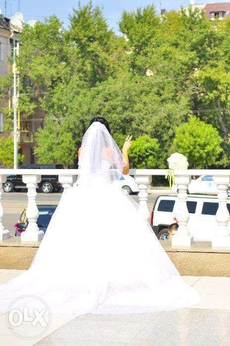 Продам пышное, белое свадебное платье вышитое жемчугом, со шлейфом