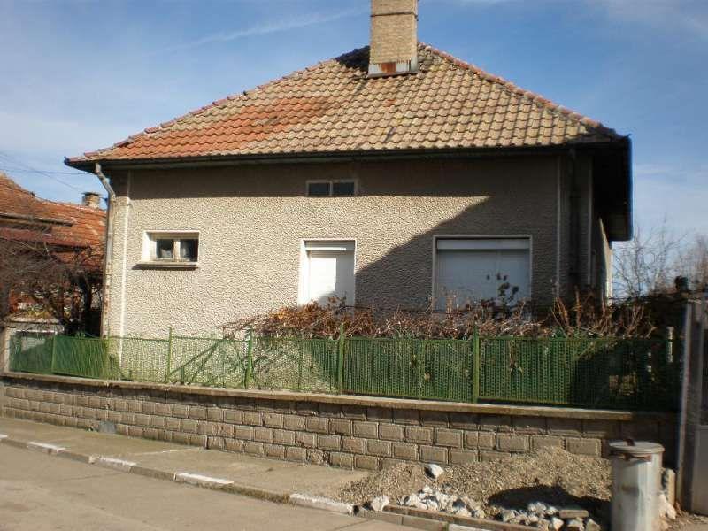 Къща с дворно място.
