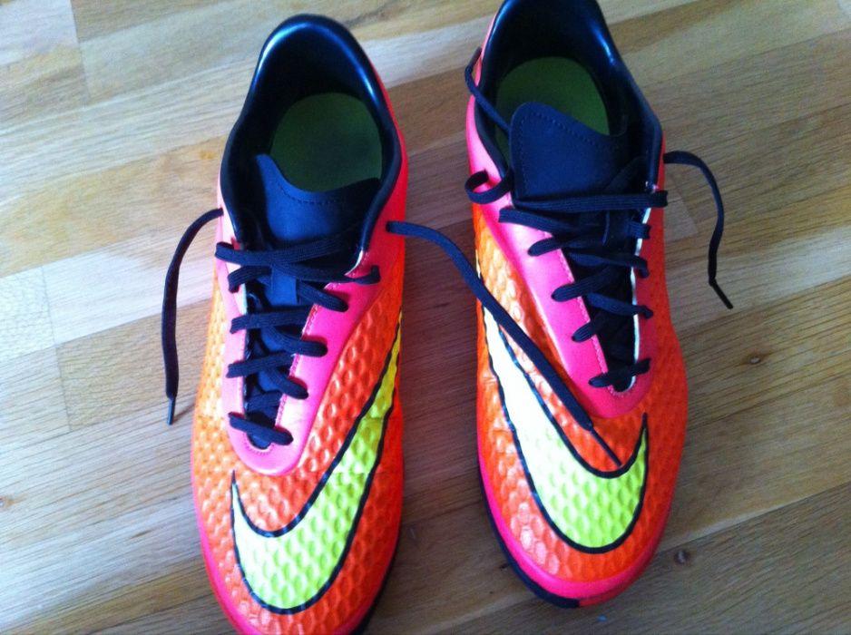 Продавам обувки NiKE HYPERVENOM за Футбол на изкусвен терен !