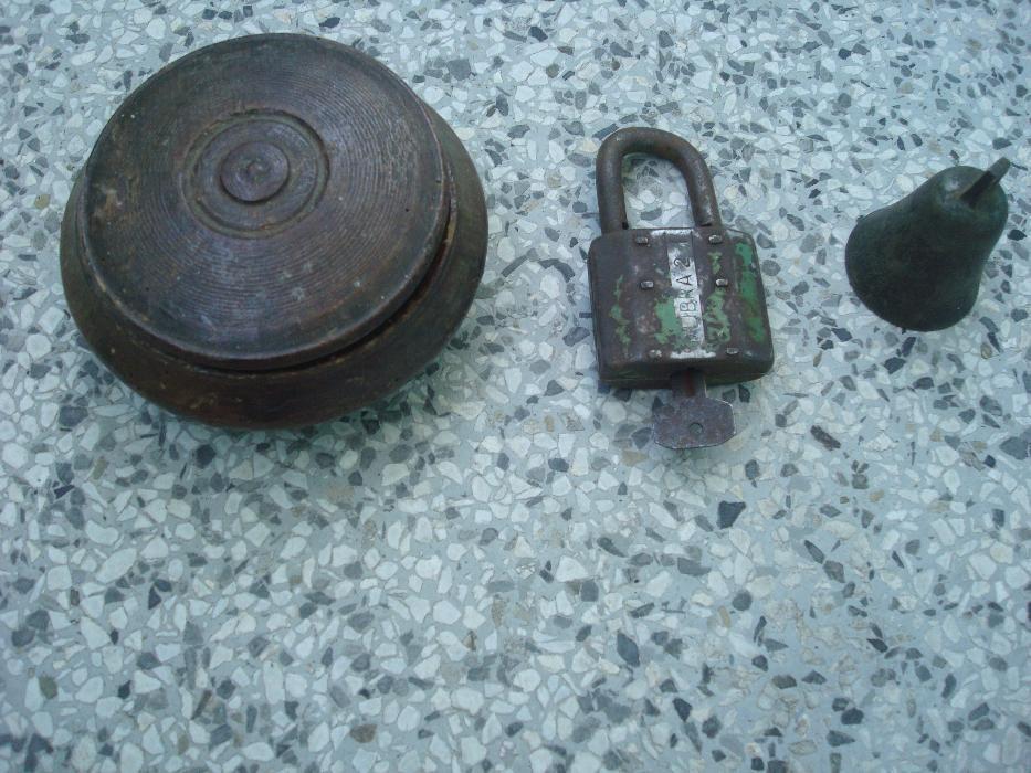 Дървена купа с капак + стар катинар с ключ + бронзова камбана