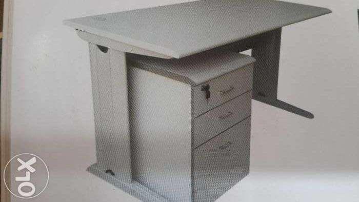 Secretaria de 145 por 80 c bloco móvel de 3 gaveta.produto novo na cai
