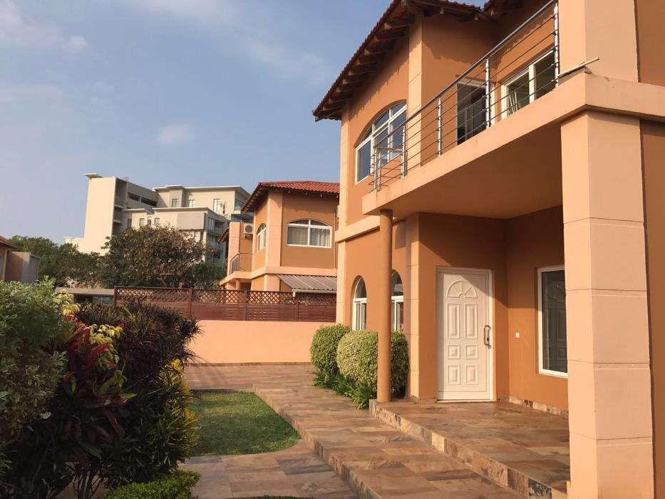 Excelente moradia T4 c/ 4 Suítes,Piscina,Jardim em Condomínio na Praia