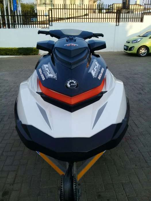 Moto aquático com treller
