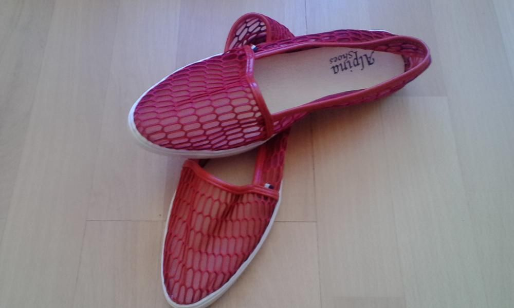 Червени мрежести обувки