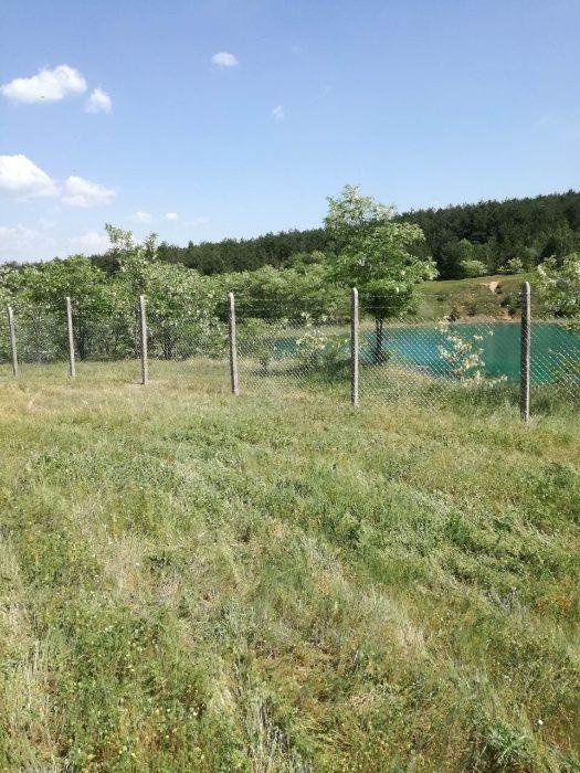Изграждане на огради с циментови колове и поцинкована мрежа