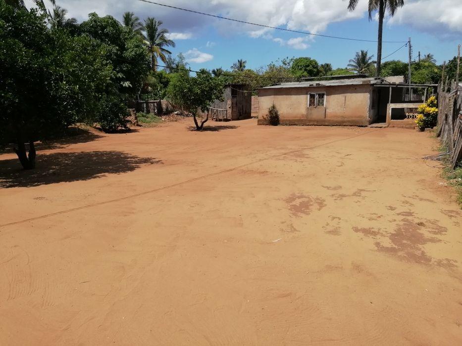 Vendo terreno 15/30 com casa em Xai-Xai