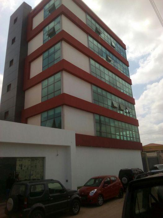 Arrenda-se Escritório neste edifício no Morro Bento na via Principal