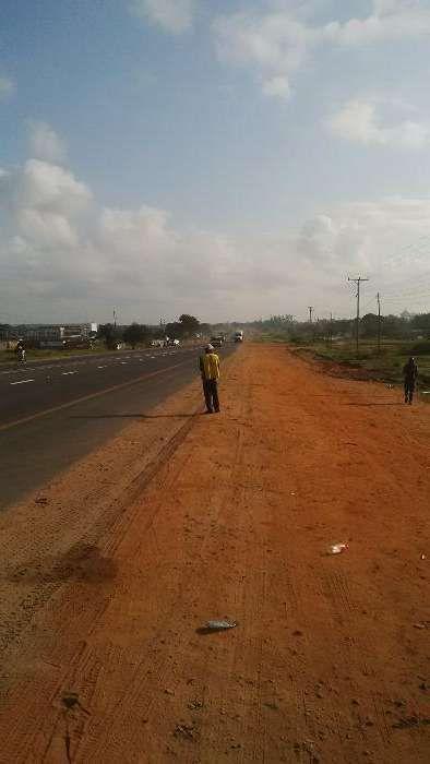 Vende s terreno 50/100 a beira d estrada n N4 depois entrada circular.