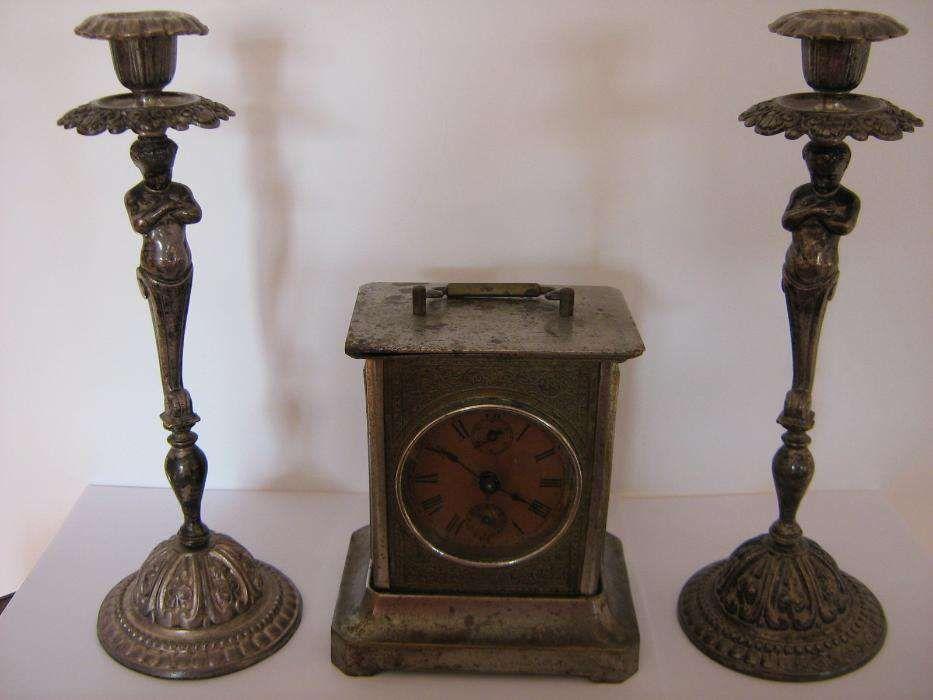 Ceas de şemineu şi sfeşnice vechi