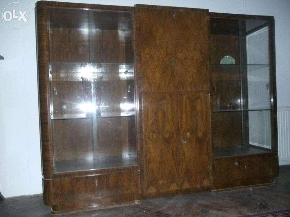 Vand vitrina lemn masiv cu furnir de nuc si geamuri cristal
