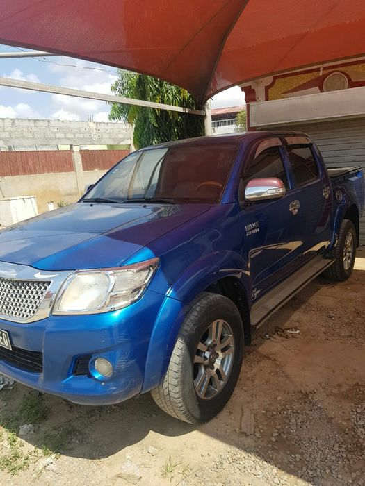 Vendo este Toyota Hilux automática gasolina azul