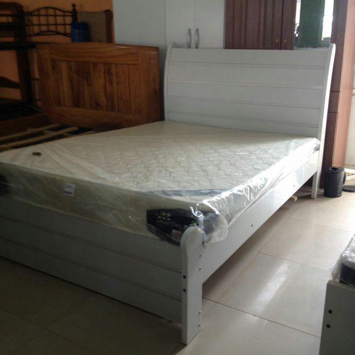 Cama casal de 190x140 cor branca com o colchão produtdo novo com entre