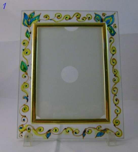Рисувани стъклени рамки за снимки.