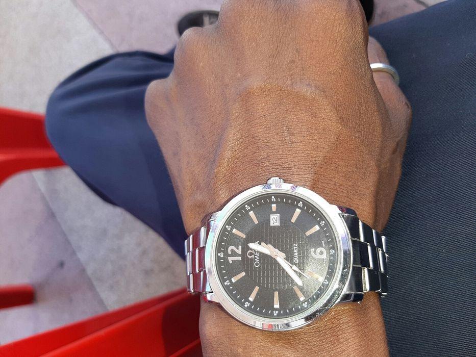 Relógio ômega quartz 8113,hora e data,prova de água,refletor noturno,n