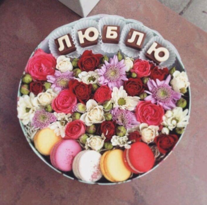 Подарочки и шоколадные буквы, плитки шоколада, клубника в шоколаде