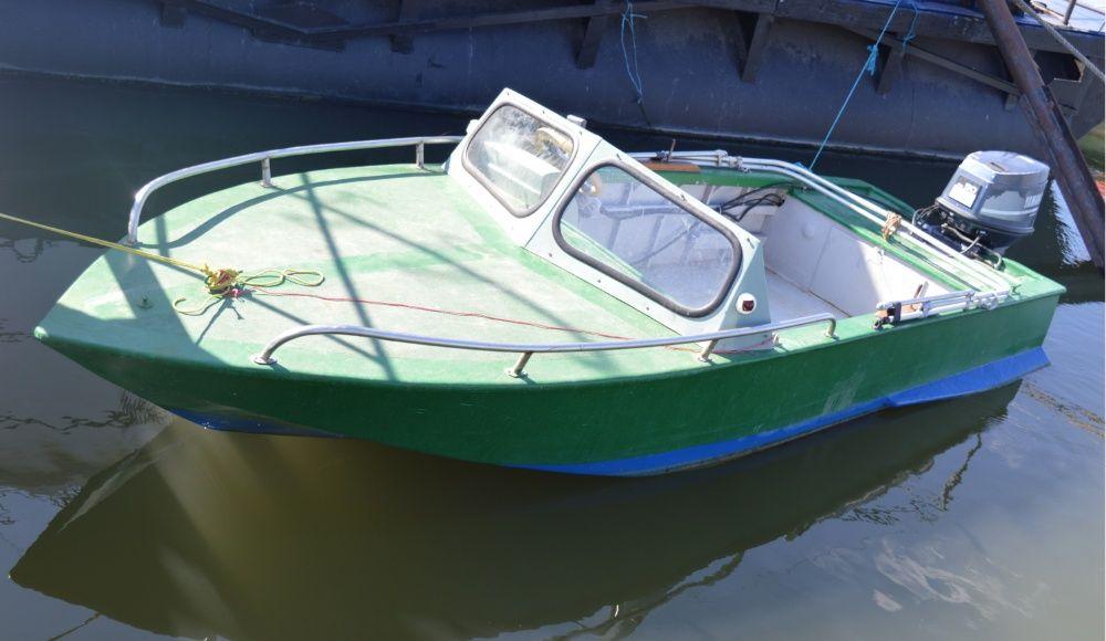 Barcă cu motor